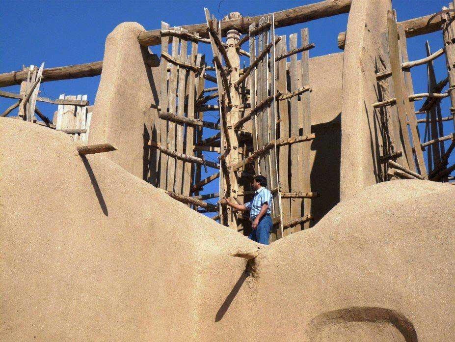 Những công trình được làm từ đất sét và rơm.