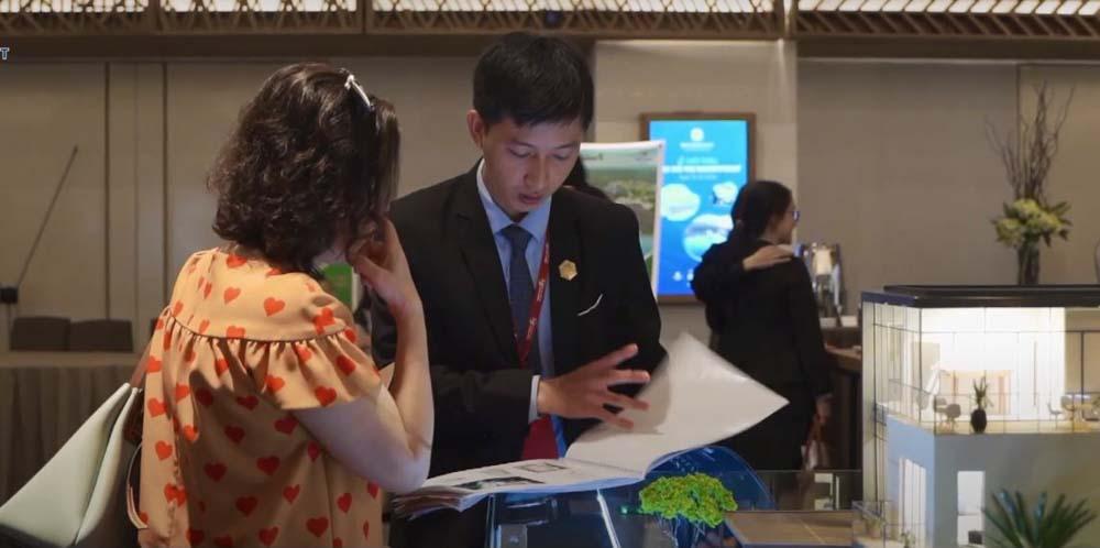Nhân viên Nam Long tư vấn khách hàng lựa chọn biệt thư waterpoint